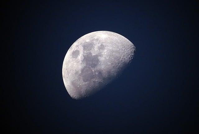 Warum kann man immer nur eine Seite des Mondes sehen?