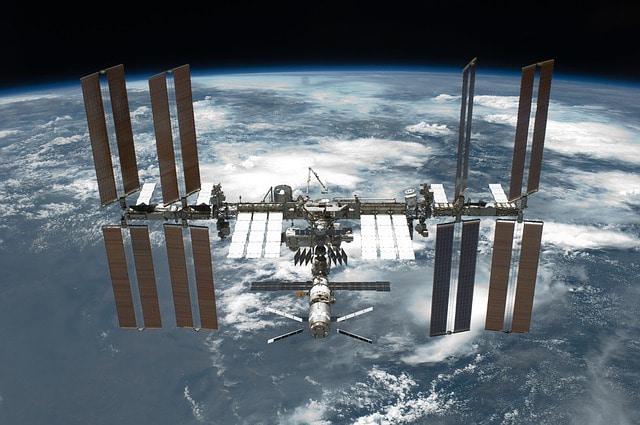 Wie lange braucht die ISS um die Erde?