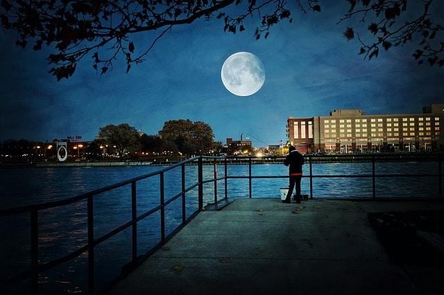 Warum geht der Mond jeden Tag später auf?
