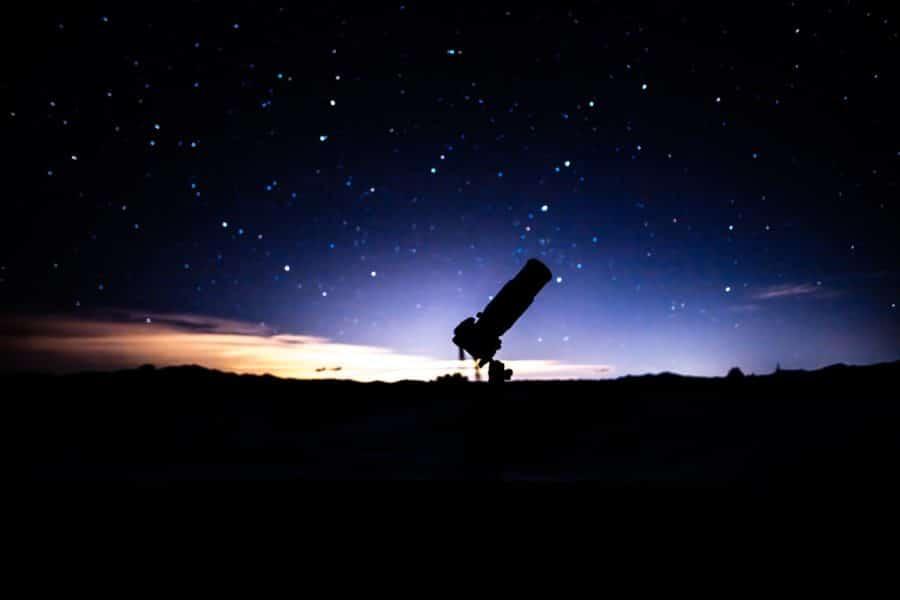 Mit dem Teleskop den Mond beobachten